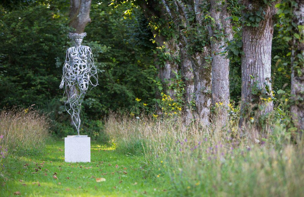 """L'art à Land Rohan : """"Femme assise en volutes"""" de Serge Sangan"""